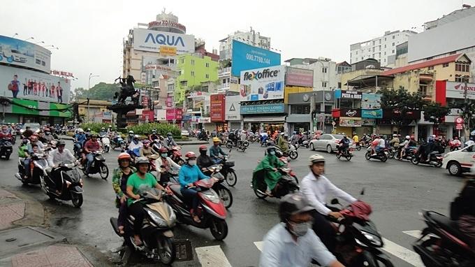 거리를 가득 뒤덮은 오토바이 행렬