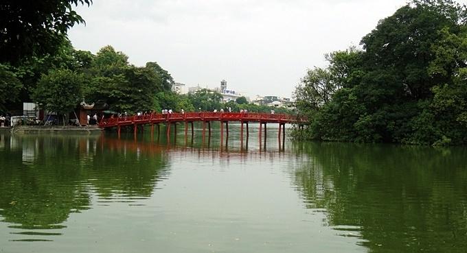 호안끼엠 호수의 붉은 목조다리