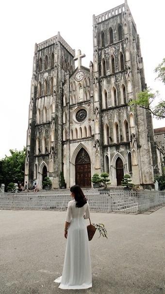 하노이 성요셉 성당 앞에서 프로필 촬영하는 베트남 여인