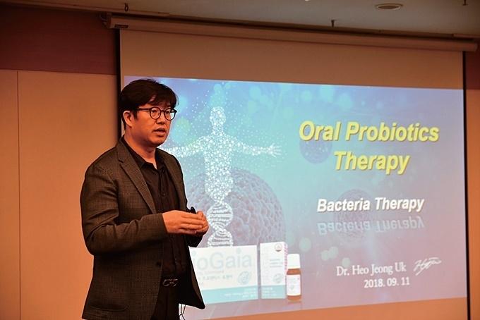 Oral Probiotics Therapy 강연 중인 허정욱 원장.